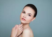 Женщина курорта модельная с здоровой кожей на сини Стоковая Фотография RF