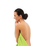 Женщина курорта обернутая в полотенце Стоковые Фотографии RF