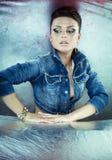 женщина куртки джинсовой ткани брюнет сексуальная Стоковое Изображение RF
