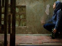 Женщина куря и выпивая Стоковое Изображение RF