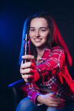 Женщина куря электронную сигарету с дымом стоковые фотографии rf
