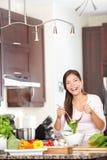 Женщина кухни делая салат счастливой стоковые изображения rf
