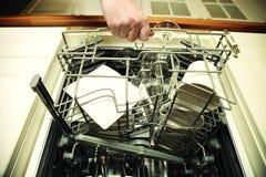 Женщина кухни с чистым бокалом Стоковое Изображение RF