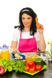 женщина кухни удерживания моркови стоковое изображение rf