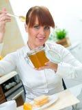 женщина кухни Стоковые Фотографии RF