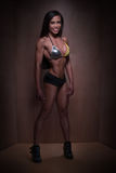Женщина культуриста представляя в сексуальном обмундировании фитнеса Стоковые Фотографии RF