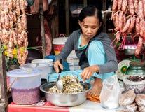 Женщина кхмера продавая рынок еды Камбоджа ужинает siem Стоковая Фотография