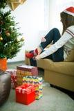 Женщина кладет красные носки Стоковые Изображения RF
