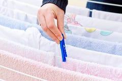 Женщина кладет одежды для того чтобы высушить Стоковое фото RF