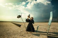 Женщина кладя маску на ее сторону Стоковое Изображение RF
