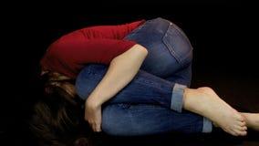 Женщина кладя на том основании после злоупотребления и плакать насилия