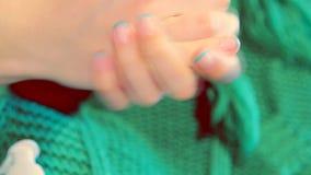 Женщина кладя сливк руки на руки видеоматериал