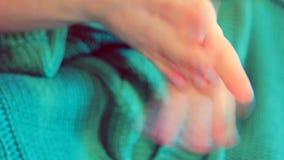 Женщина кладя сливк руки на руки сток-видео