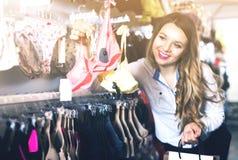 Женщина клиента в магазине женское бельё Стоковые Изображения