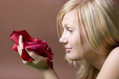 женщина лепестка розовая Стоковые Фотографии RF