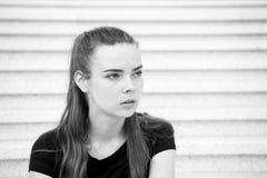 женщина лестниц девушки милая сидя стоковая фотография