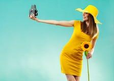 Женщина лета держит камеру солнцецвета старую Стоковое Фото