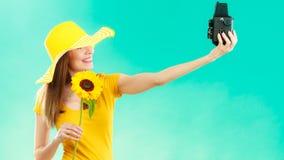 Женщина лета держит камеру солнцецвета старую Стоковое фото RF