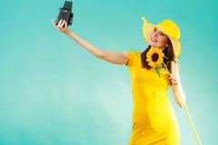 Женщина лета держит камеру солнцецвета старую стоковые изображения rf