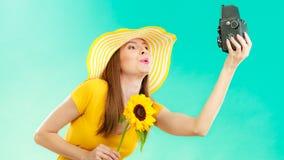 Женщина лета держит камеру солнцецвета старую стоковые фотографии rf