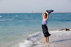 женщина лета дня пляжа отдыхая Стоковые Изображения