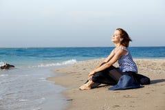 женщина лета дня пляжа отдыхая Стоковые Фотографии RF