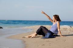 женщина лета дня пляжа отдыхая Стоковая Фотография RF