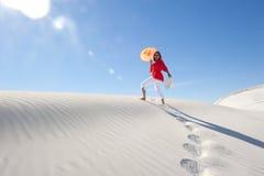 женщина лета песка жары дюны милая вверх гуляя Стоковые Фотографии RF