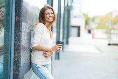 Женщина 30 лет старый идти в город на солнечный день стоковое изображение rf