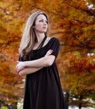 женщина листва осени красивейшая Стоковое Изображение RF