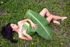 женщина листьев банана Стоковая Фотография