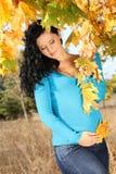 женщина листьев осени супоросая милая Стоковые Изображения RF