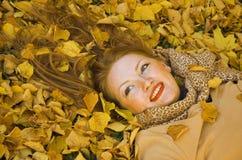 женщина листьев положений Стоковая Фотография