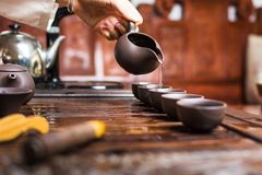 Женщина лить традиционно подготовленный китайский чай Стоковое Изображение RF