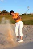 женщина ловушки песка игрока в гольф Стоковое Изображение RF