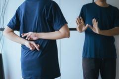 Женщина лож азиатская с пальцами руки пересекая за назад говорить лжеца и обжуливать, концепция дня дураков в апреле стоковые фотографии rf