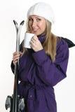 женщина лыж удерживания кофе стоковое фото rf