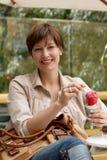 женщина льда cream плодоовощ счастливая Стоковая Фотография