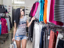 женщина магазина одежды стоковая фотография