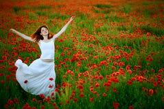 женщина мака поля платья белая Стоковая Фотография RF