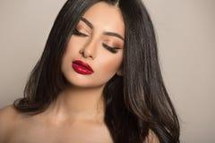 Женщина макияжа темн-с волосами Красная губная помада t стоковые фотографии rf