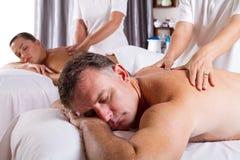 женщина массажа человека Стоковое фото RF