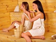 Женщина массажирует один другого в сауне Стоковое Изображение