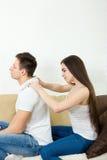Женщина массажируя плеча человека Стоковая Фотография RF