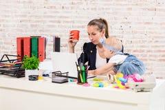 Женщина матери коммерсантки при дочь работая на компьютере Стоковые Изображения RF