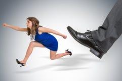 Женщина мелкого бизнеса бежать далеко от давления босса Стоковое фото RF