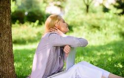 Женщина мечтательная с работой ноутбука outdoors Минута для мечты Мечта о новых работе или перестановке Ноутбук девушки мечтая вн стоковые фотографии rf