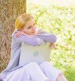 Женщина мечтательная с работой ноутбука outdoors Минута для мечты Технология и концепция интернета Мечта о новой работе или стоковые изображения