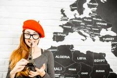 Женщина мечтая о отключении к Парижу Стоковое Фото