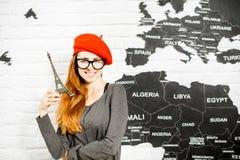 Женщина мечтая о отключении к Парижу Стоковые Изображения